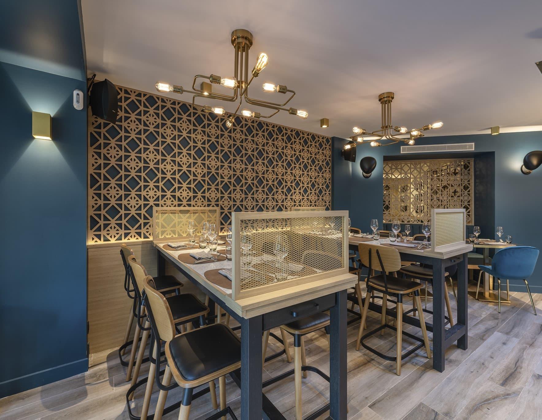 Focus sur deux suspensions de style industrielle dans le restaurant La Petite Ferme