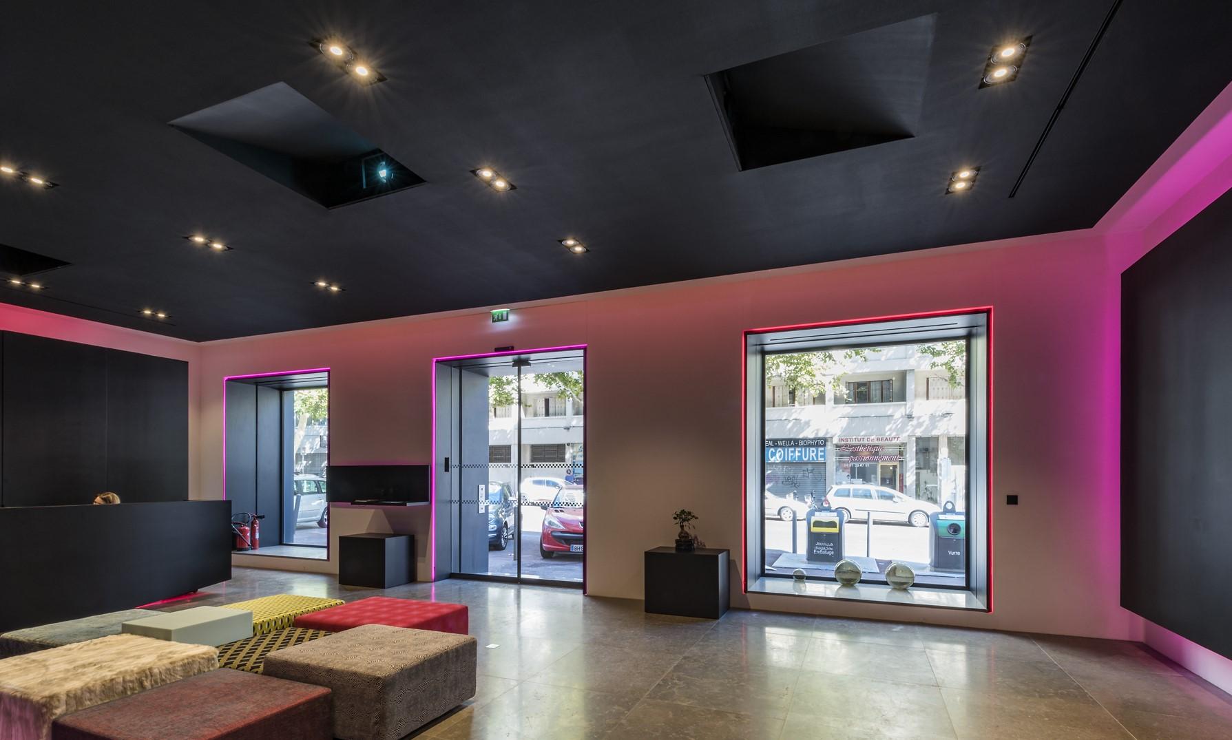 Spots encastrés au plafond et gorge lumineuse rouge au siège social de wiko