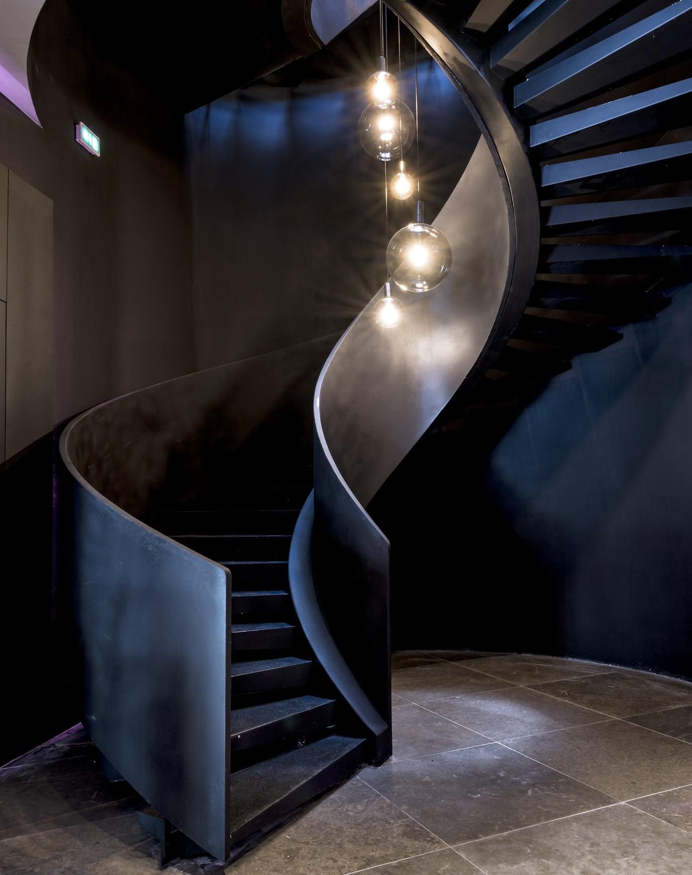 Suspension dans un des escaliers du siège social de wiko