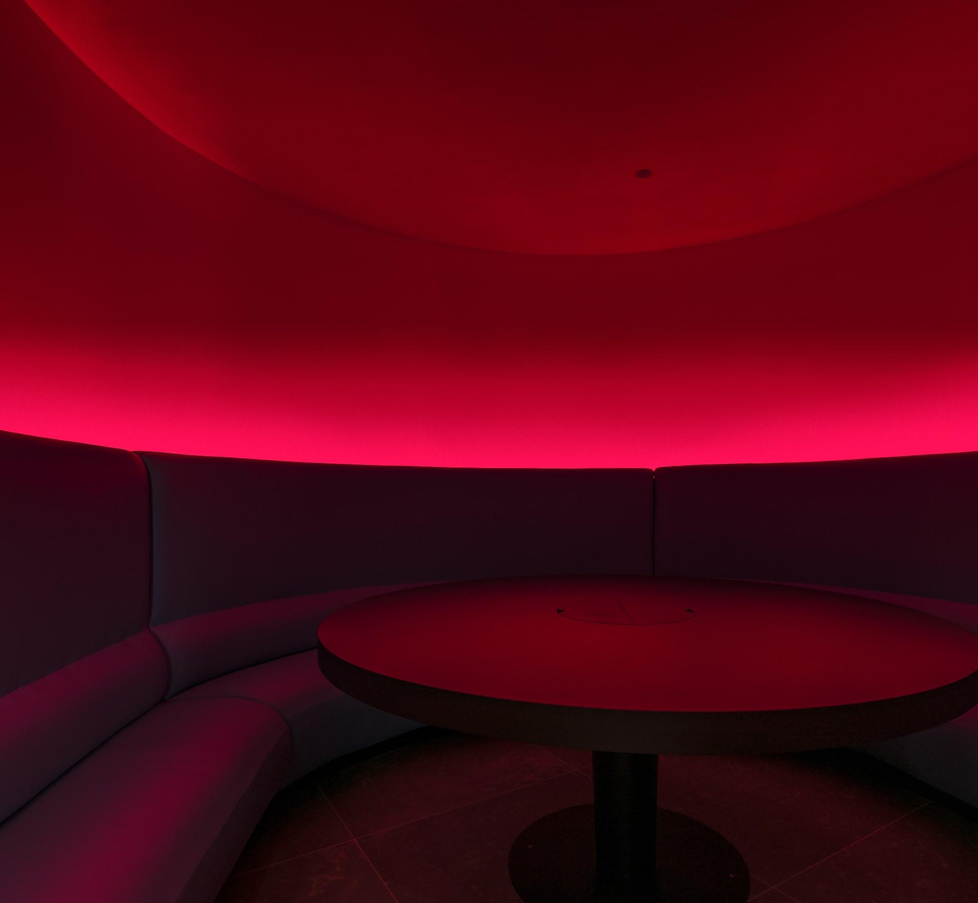 Eclairage rouge au siège social de Wiko