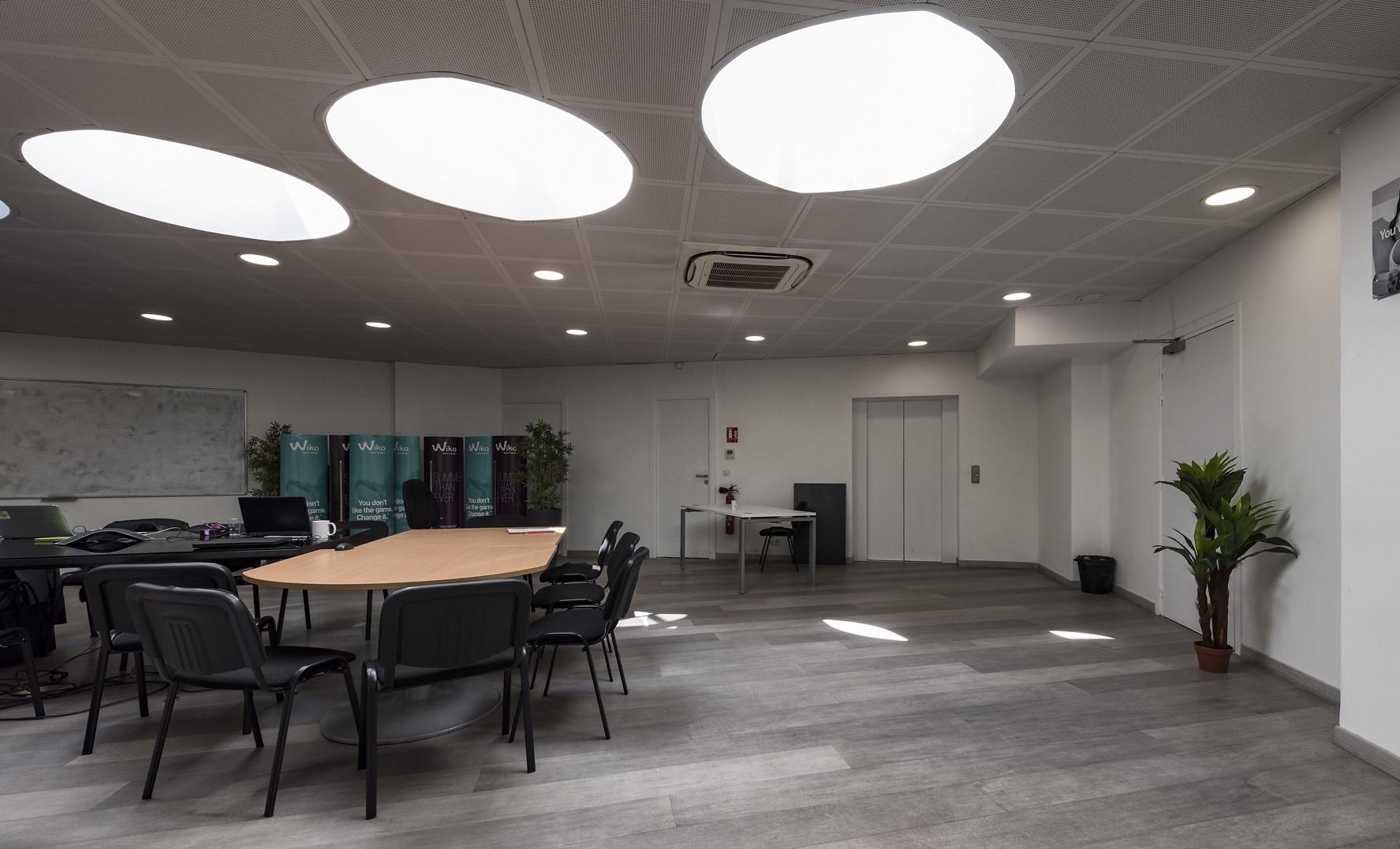 dalle lumineuse dans une salle de réunion au siège social de wiko