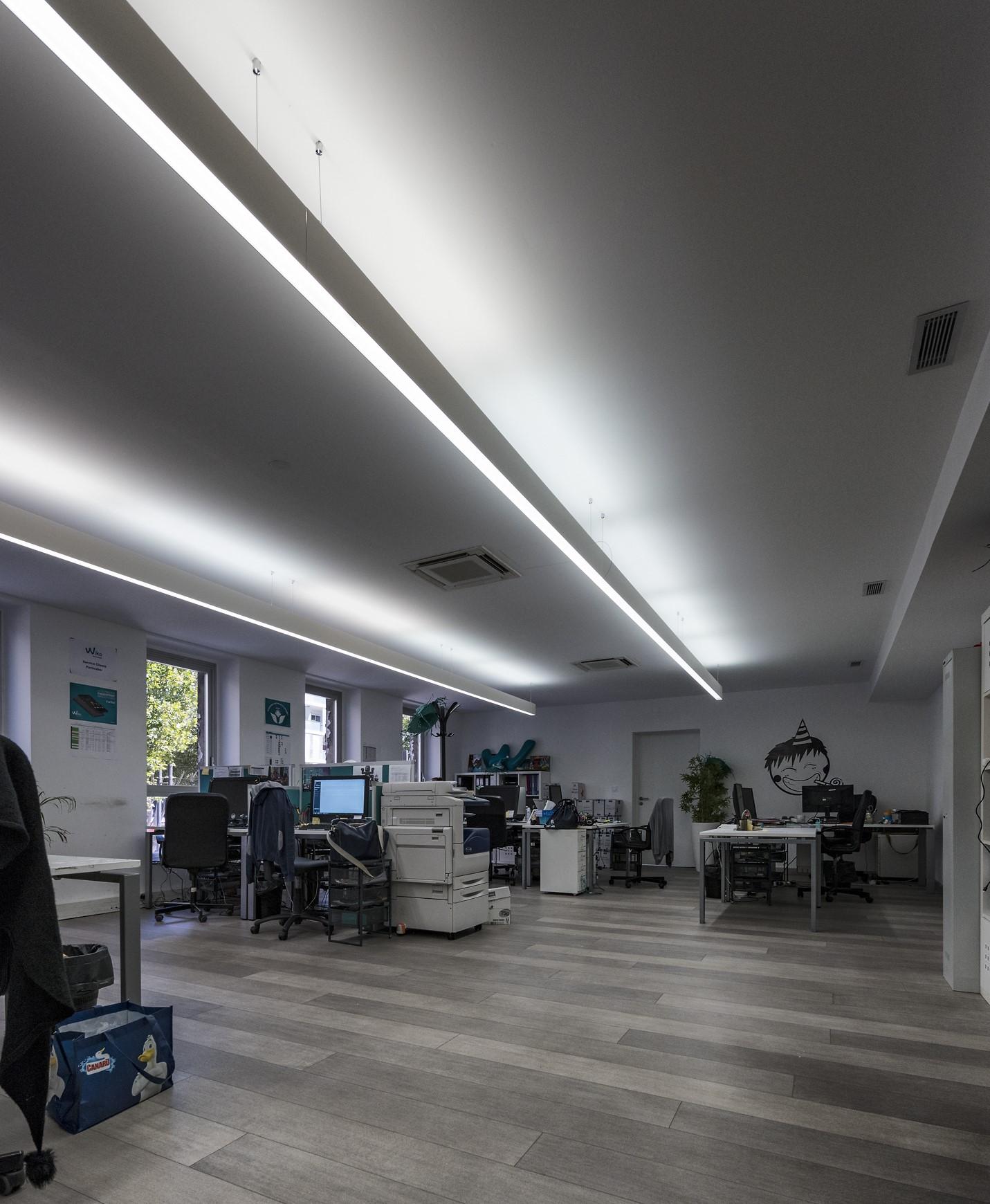 Ligne lumineuse au plafond au siège social de Wiko