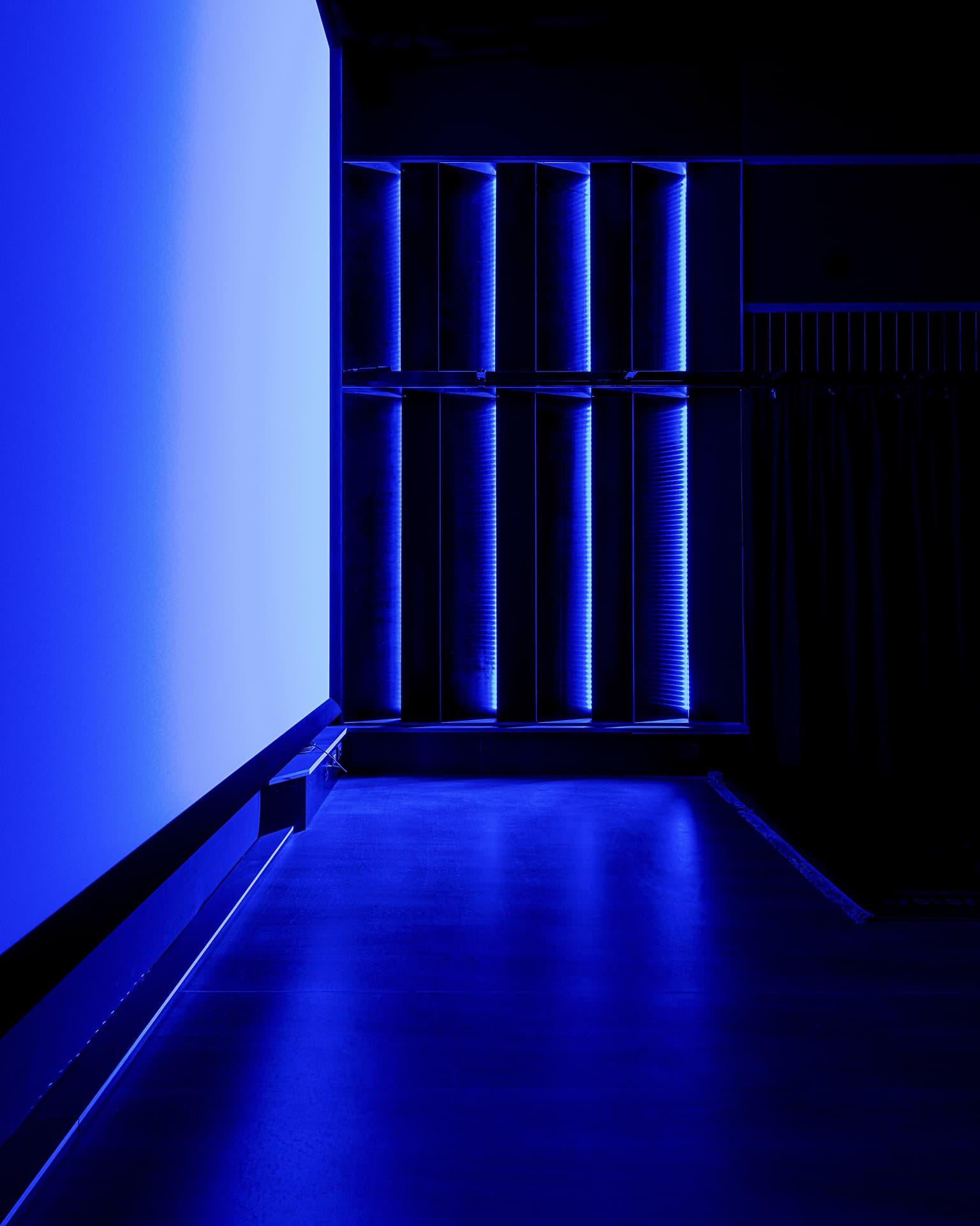 Eclairage coloré bleu du studio France 3