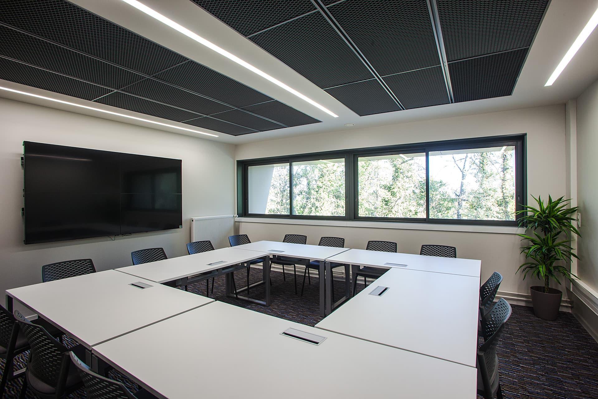Ligne lumineuse dans une salle de réunion du Siège Symadrem