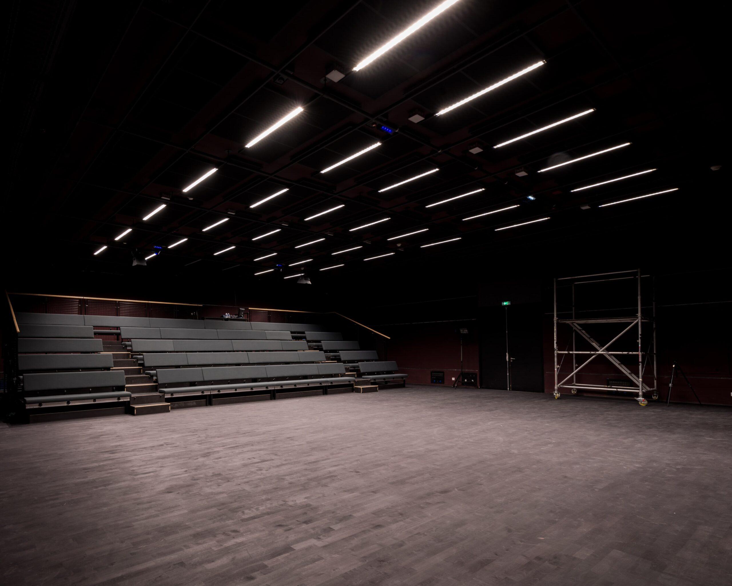 Luminaire encastrés dans le plafond d'une salle de spectacle dans le Théâtre de la Minoterie