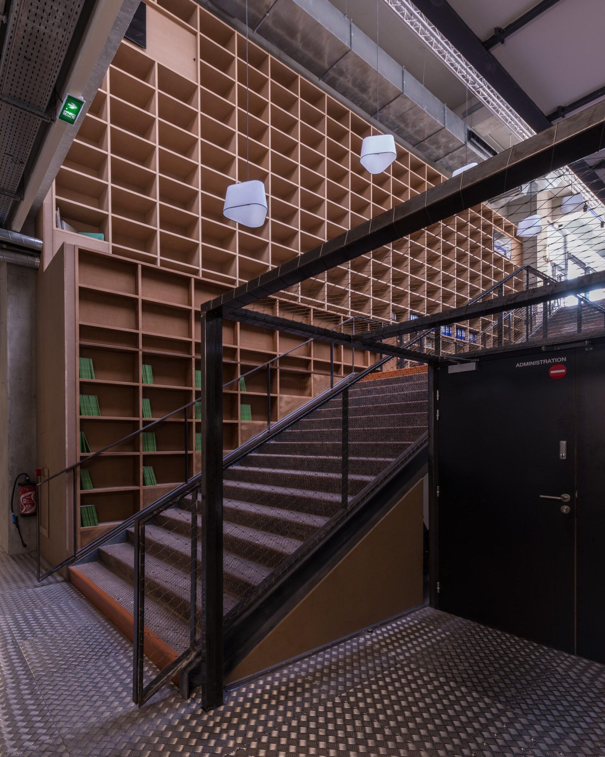 Alignement de suspension dans les escaliers du Théâtre de la Minoterie