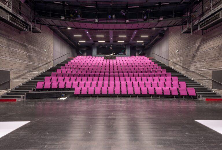 Luminaires encastrés au plafond dans une salle de spectacle dans le Théâtre de la Minoterie
