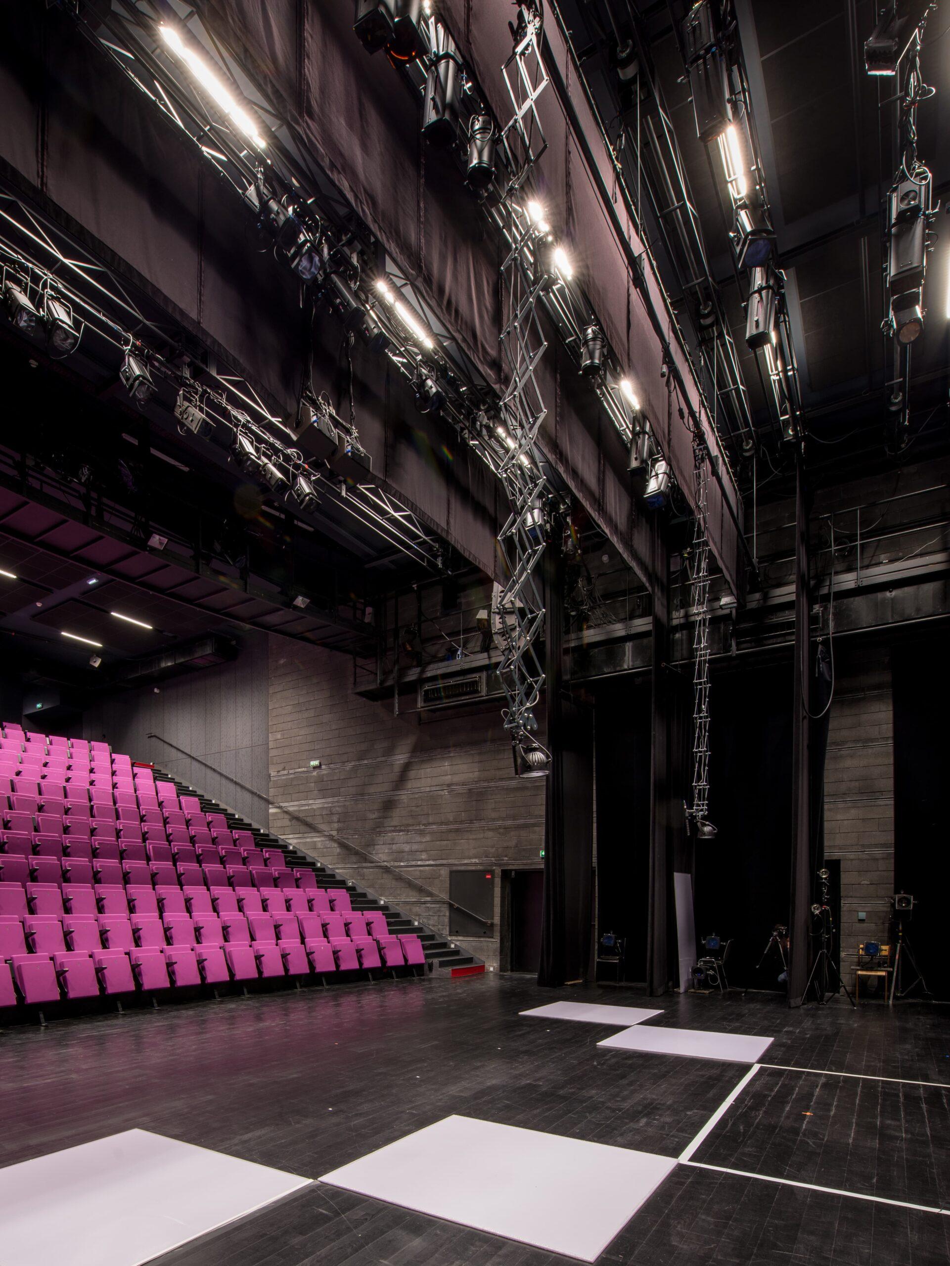spots lumineux dans une salle de spectavle du Théâtre de la Minoterie