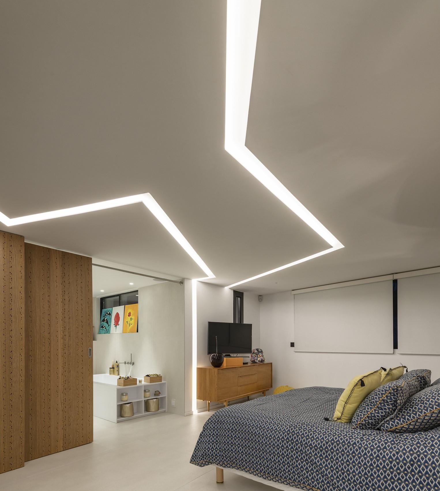 Fissure lumineuse dans le plafond d'une des chambre de la villa Alpha