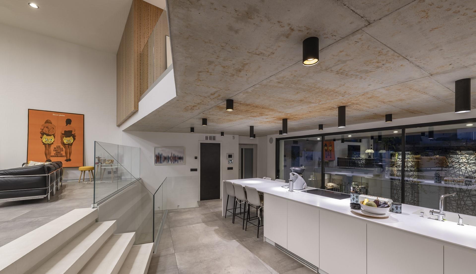 Plafonnier de style industirelle dans la cuisine de la villa Alpha