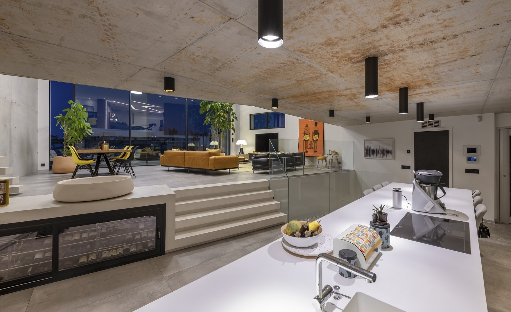 Plafonnier de style industrielle dans la cuisine de la villa Alpha