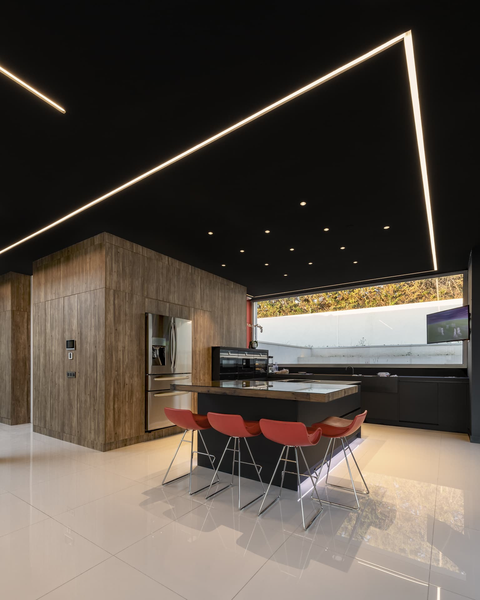 Fissure lumineuse et plafond étoilé dans la salle à manger de la villa privée Juliette