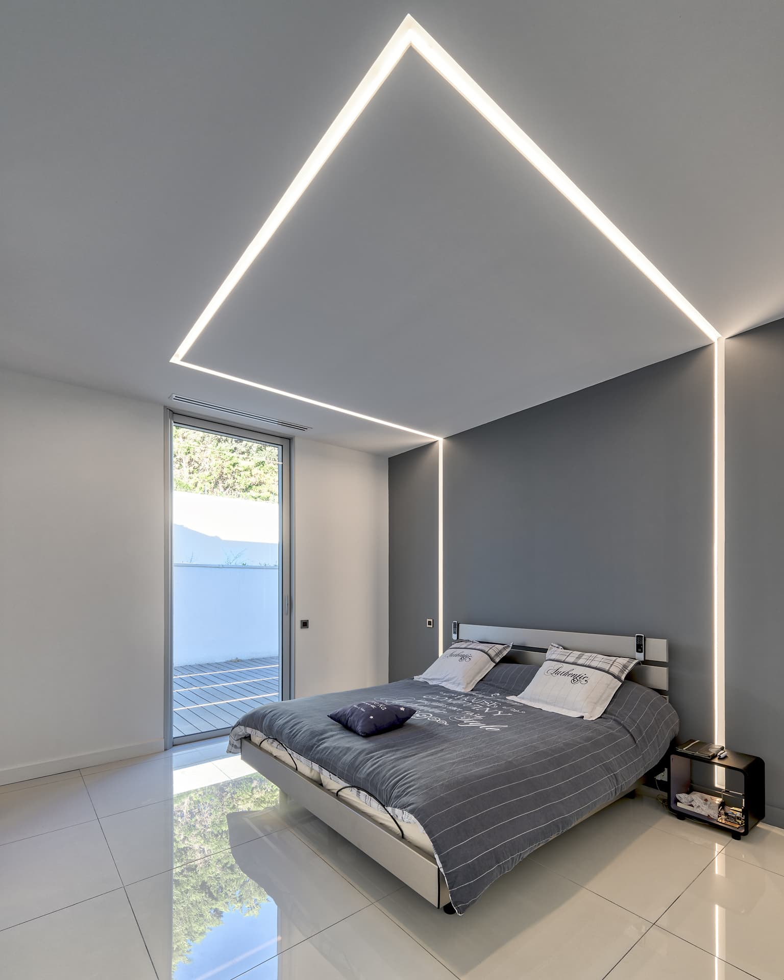 Fissure lumineuse encastrée dans une des chambres de la villa privée Juliette