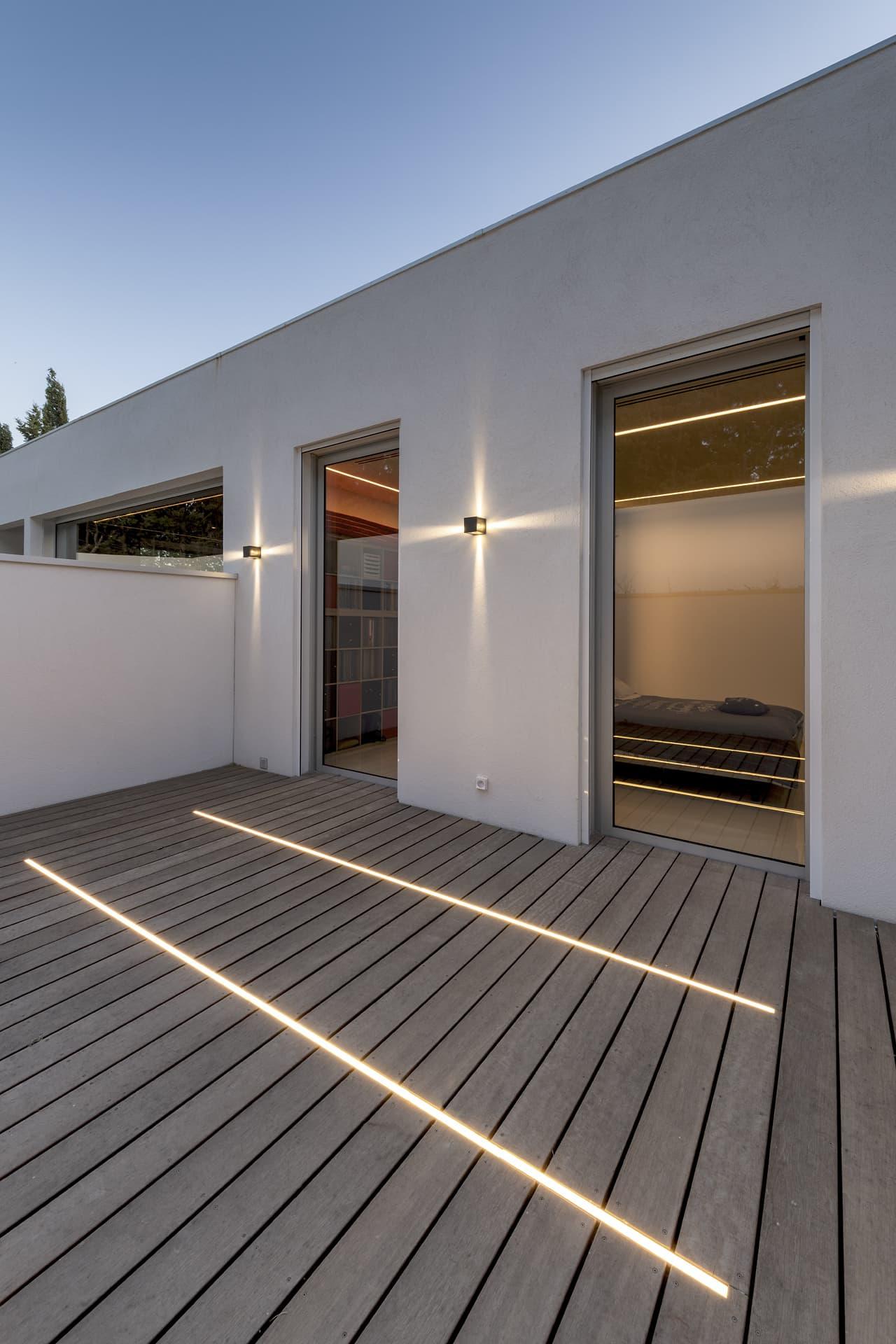 Applique graphique et ligne lumineuse dans la terrassa extérieur de la villa privée Juliette