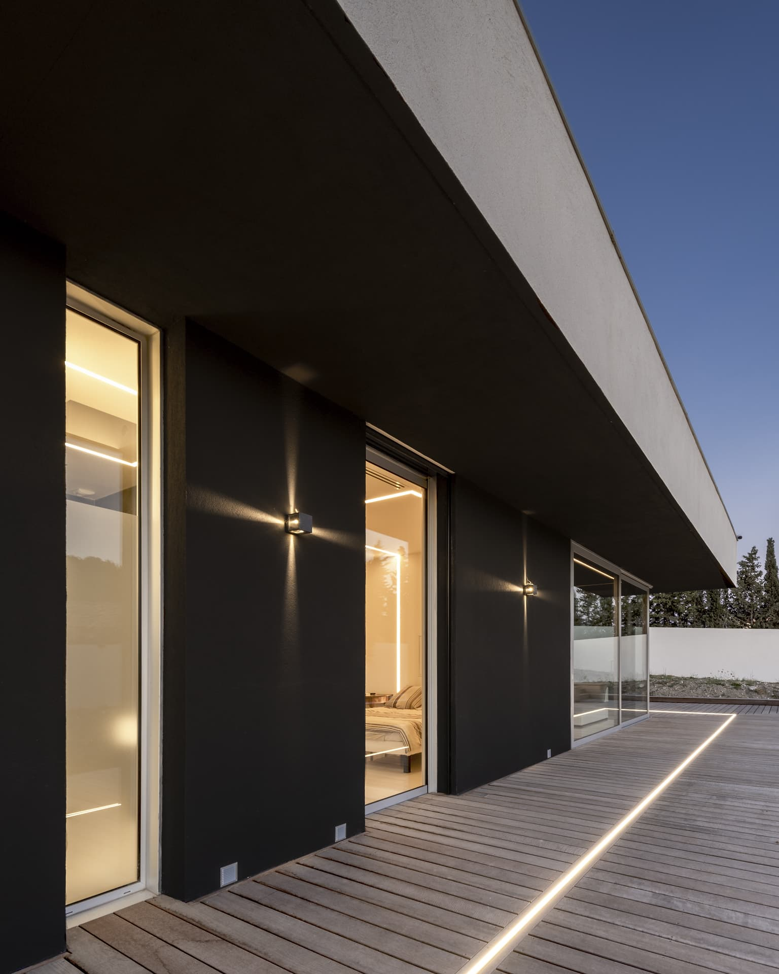 Eclairage graphique et ligne lumineuse encastrée dans la terrasse du salon