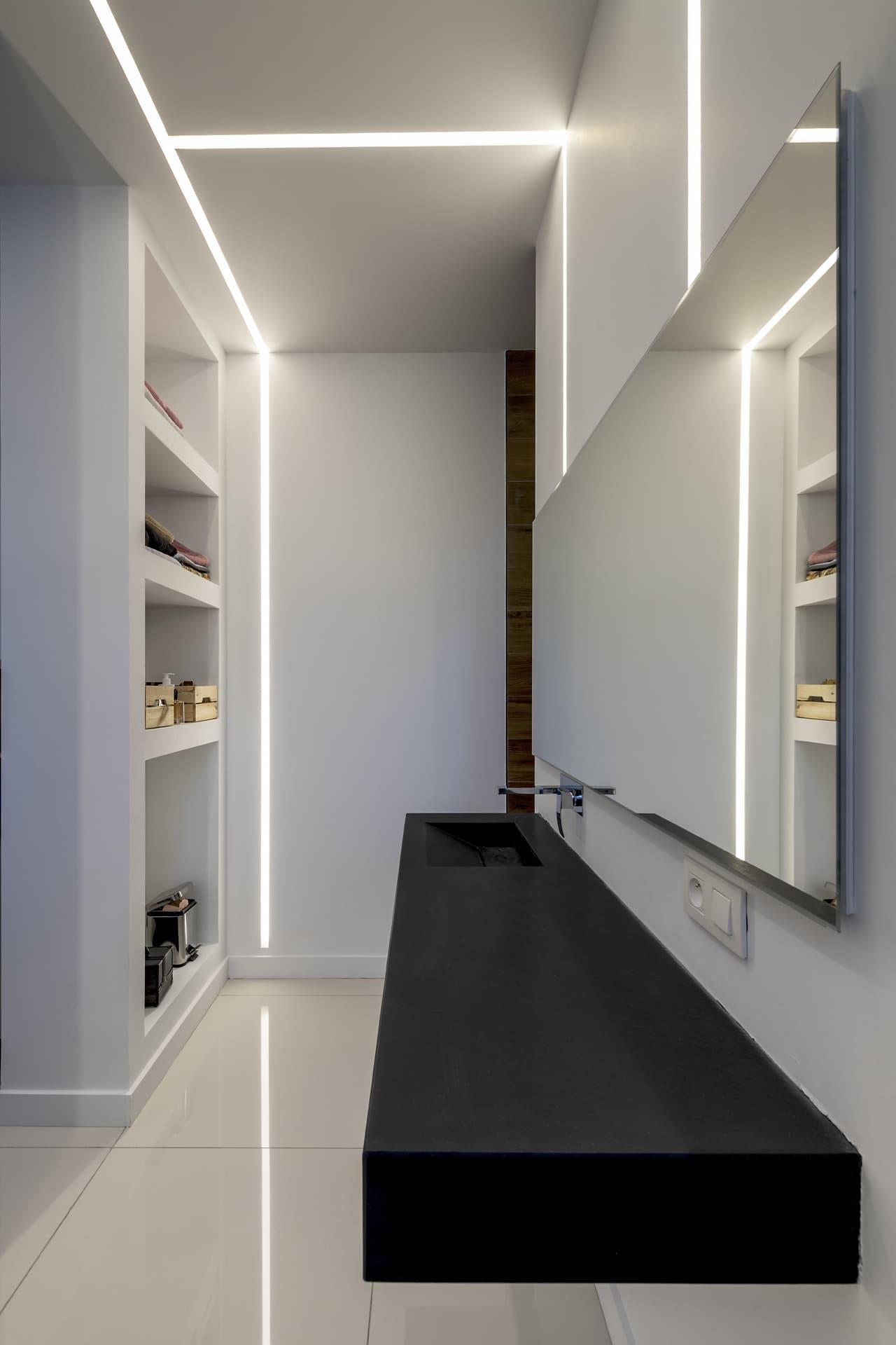 Ligne lumineuse encastrée dans une des salle de bai de la villa Privée Juliette