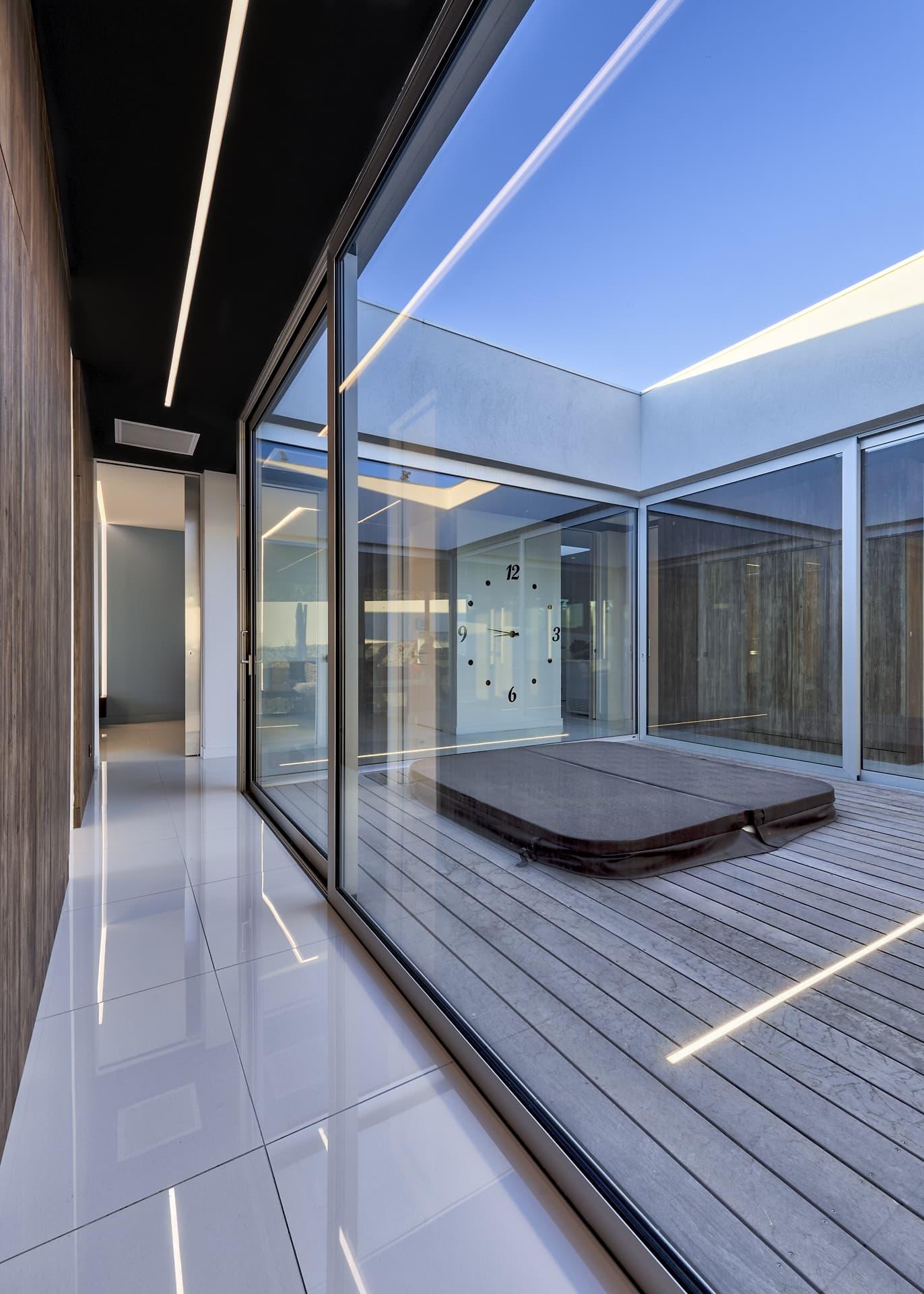 Eclairage d'un couloir et de la terrasse central avec jacuzzi de la villa privée Juliette