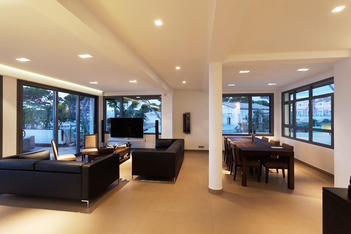 Salon de la villa privée Charlie avec des sports encastrés au plafond