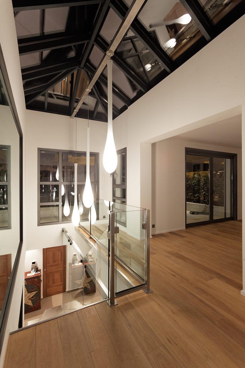 Eclairage des ecalier de la villa privée Charlie avec un focus sur les suspensions