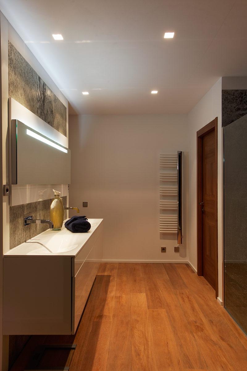 Photo de la salle de bain de la villa privée Charlie avec des spots encastrés