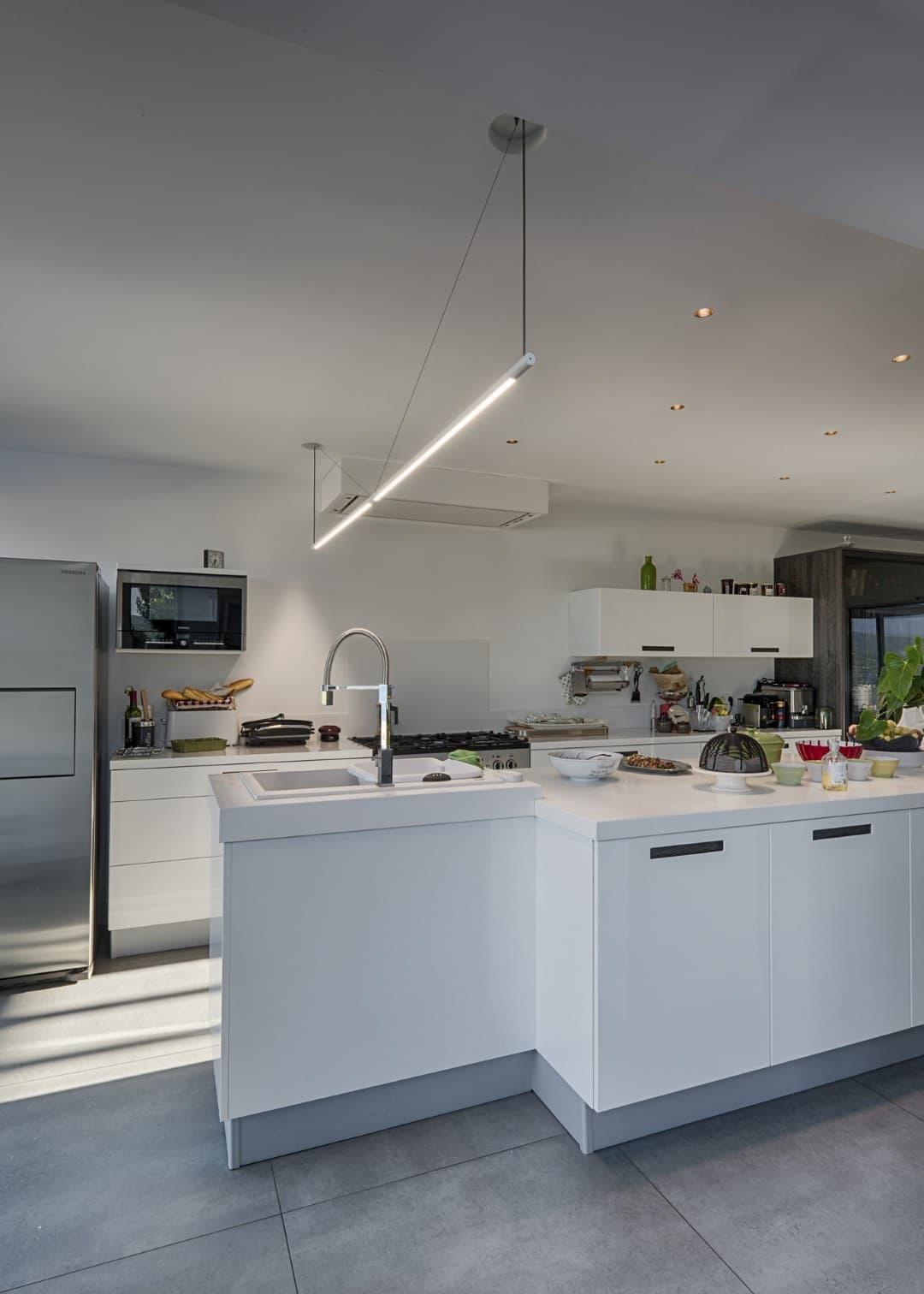 Ligne lumineuse au dessus de la cuisine de la villa privée Echo
