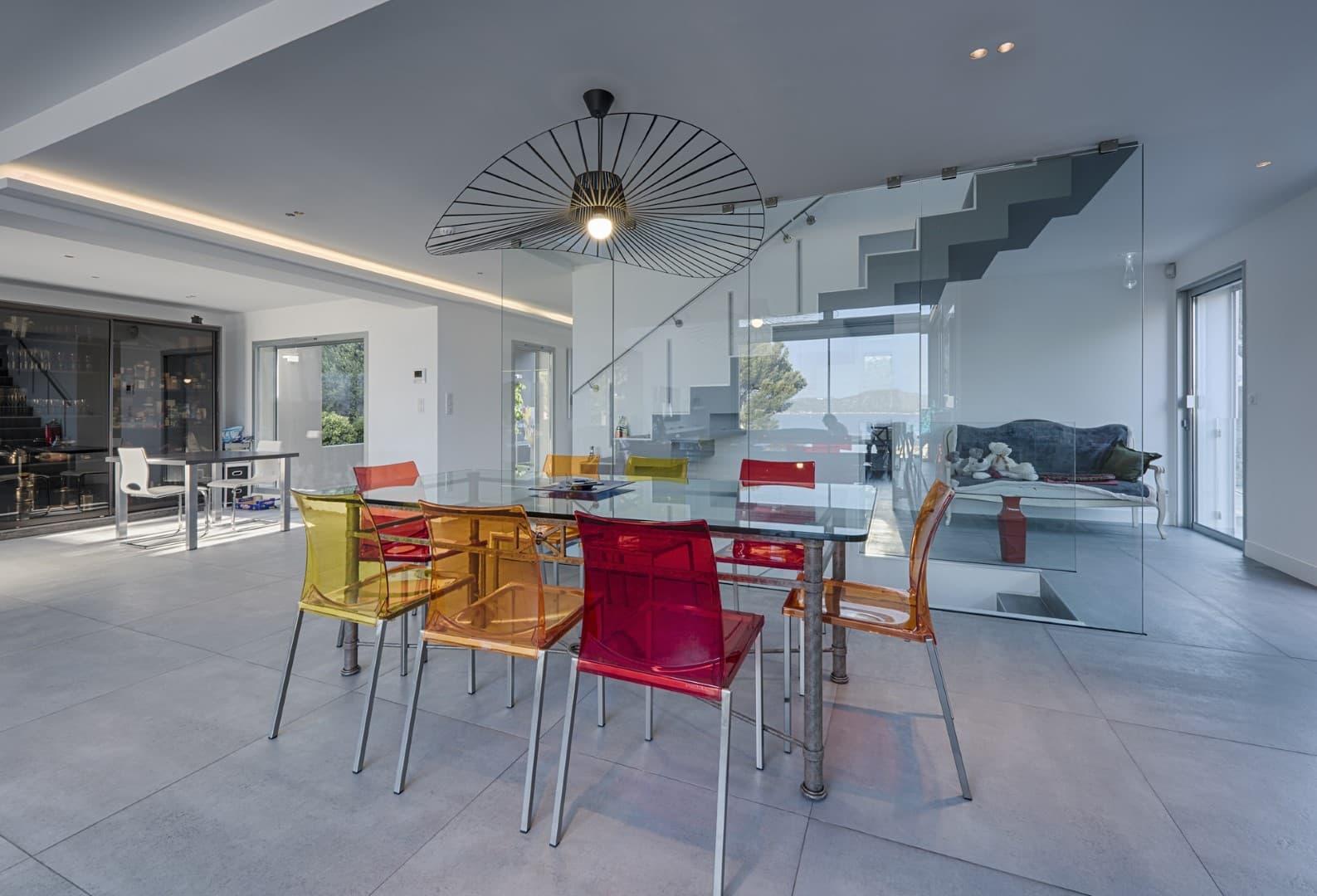 Salle à manger de la villa privée Echo avec un focus sur une suspension au dessus de la table à manger