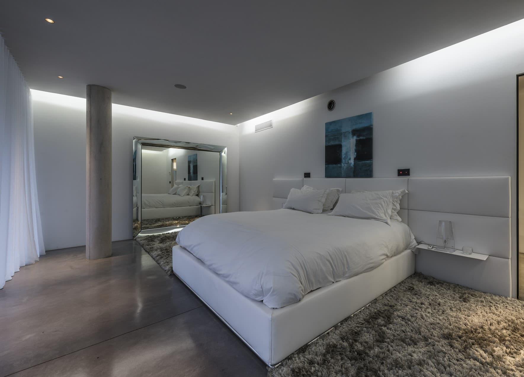Gorge lumineuse dans l'une des chambres de la villa privée Roméo