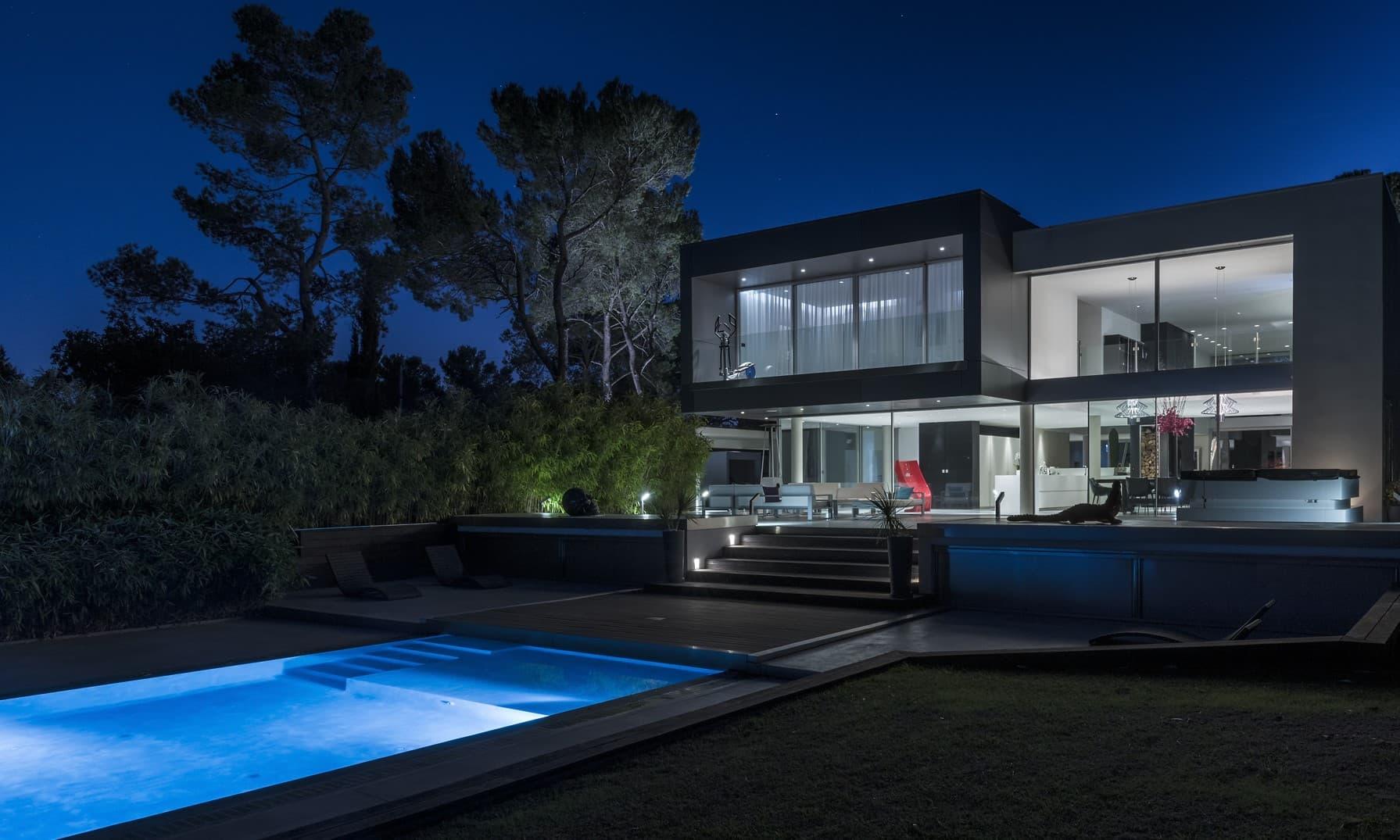 Villa privée Roméo vue de nuit en extérieur