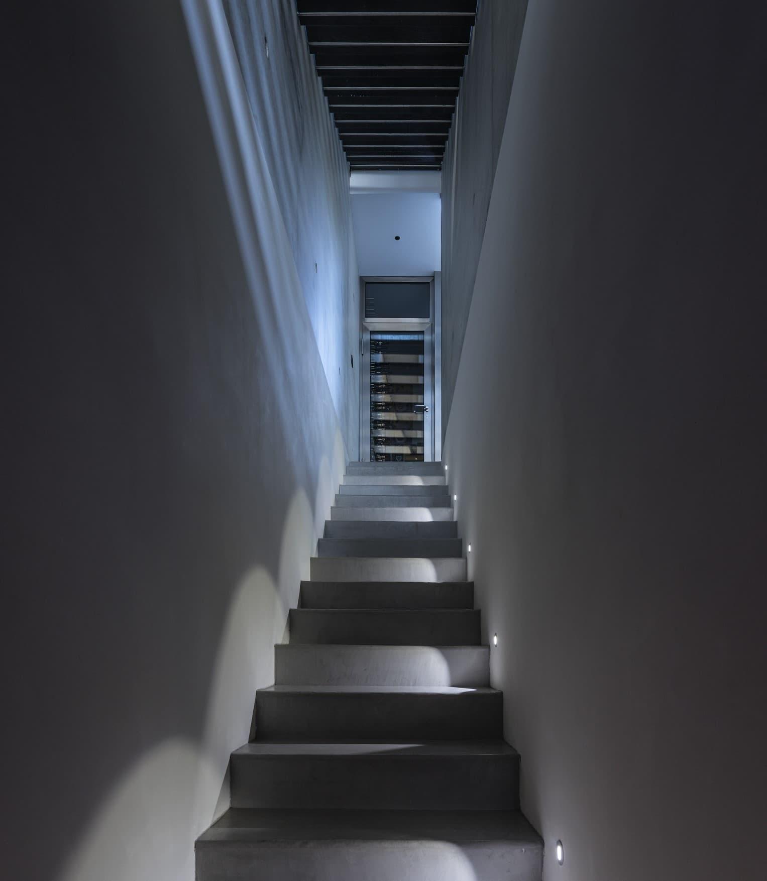 Eclairage des escalier dans la villa privée Roméo