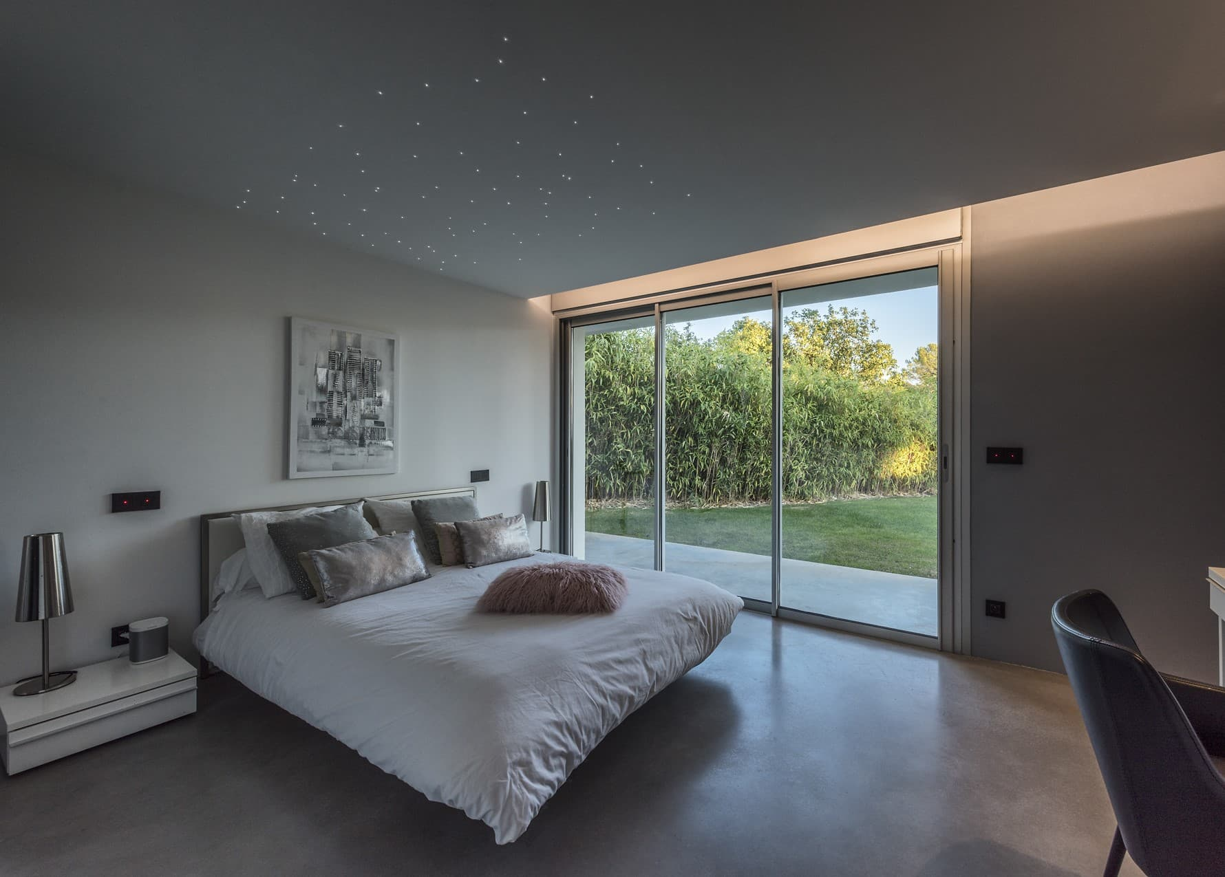 Gorge lumineuse et plafond etoilé dans une des chambre de la villa privée Roméo