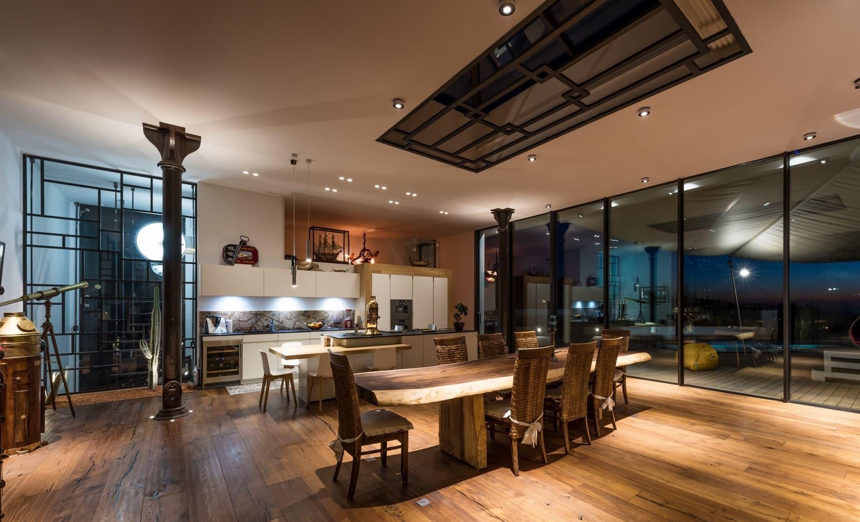 Spots lumineux dans la salle à manger de la villa privée Tango