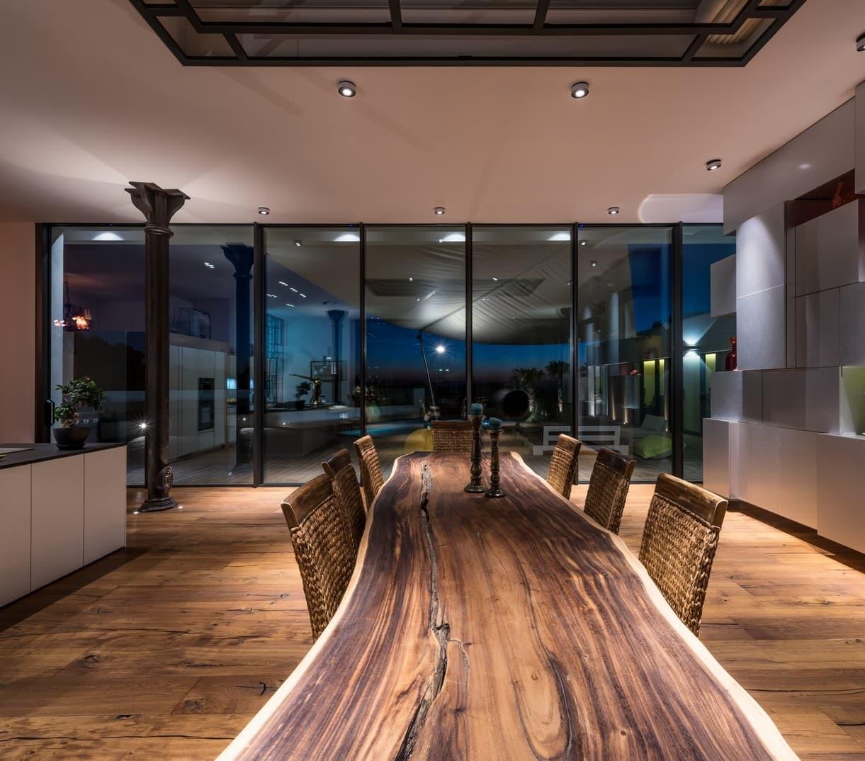 Luminaires au dessus de la table de salle à manger de la villa privée Tango