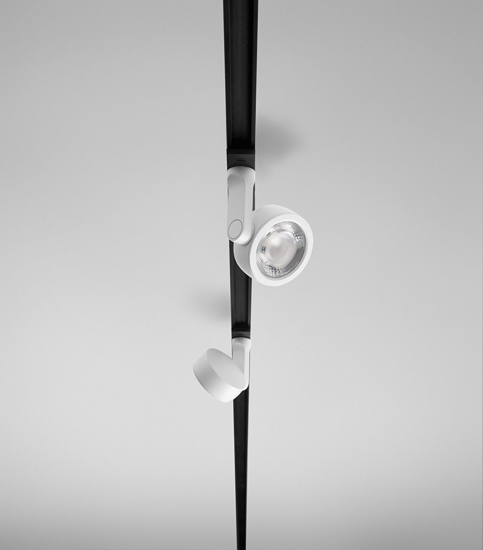 Six XS blanche sur les rails magnétique de la minimal Track d'arkoslight