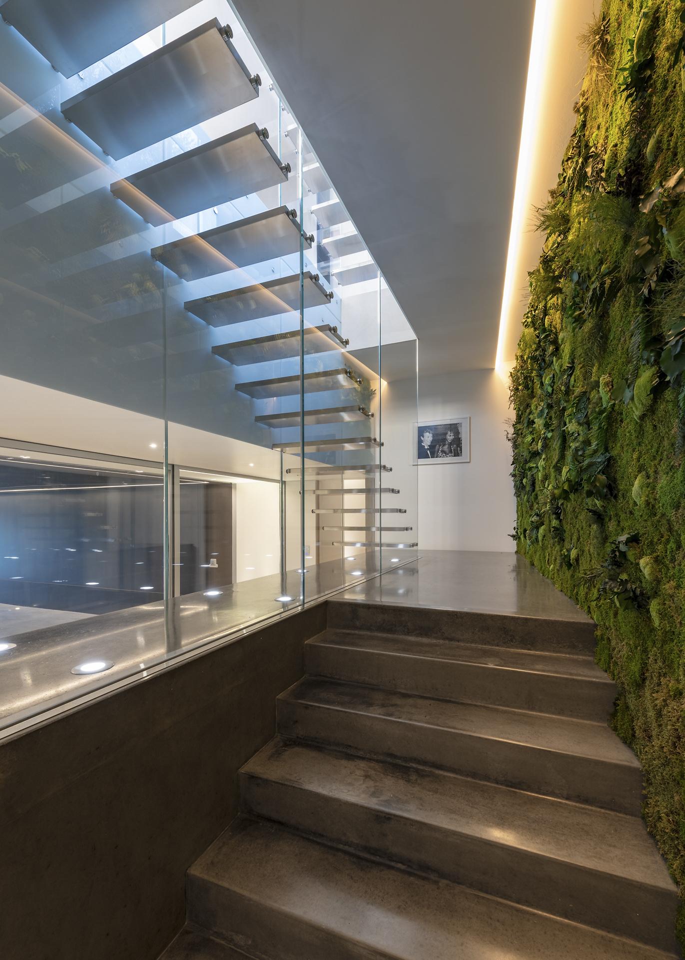 Spots encastré sous les escaliers de la villa privée Sigma
