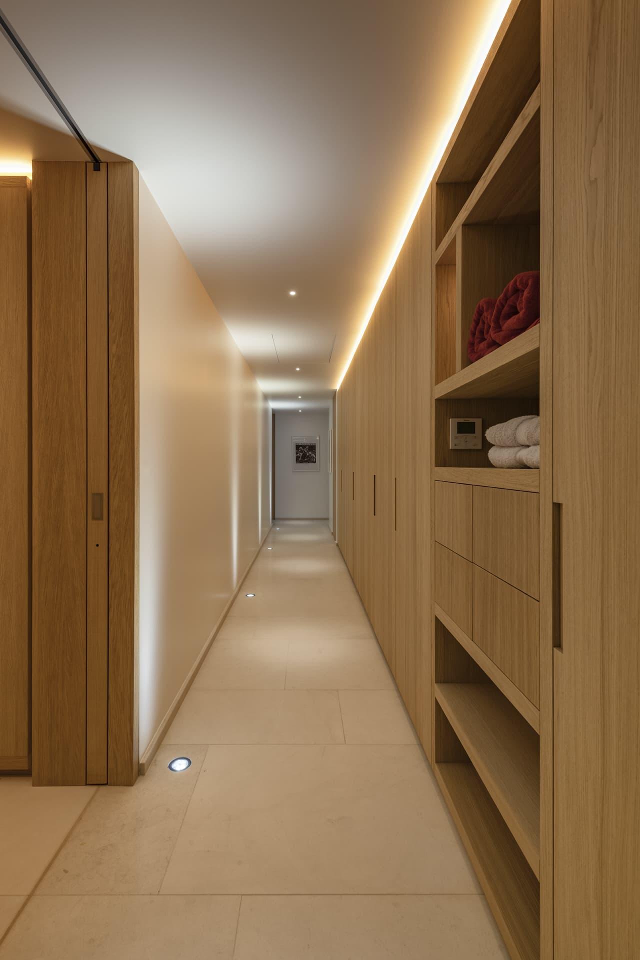 Gorge lumineuse et spot encastré au plafond dans un dressing de la villa privée Sigma