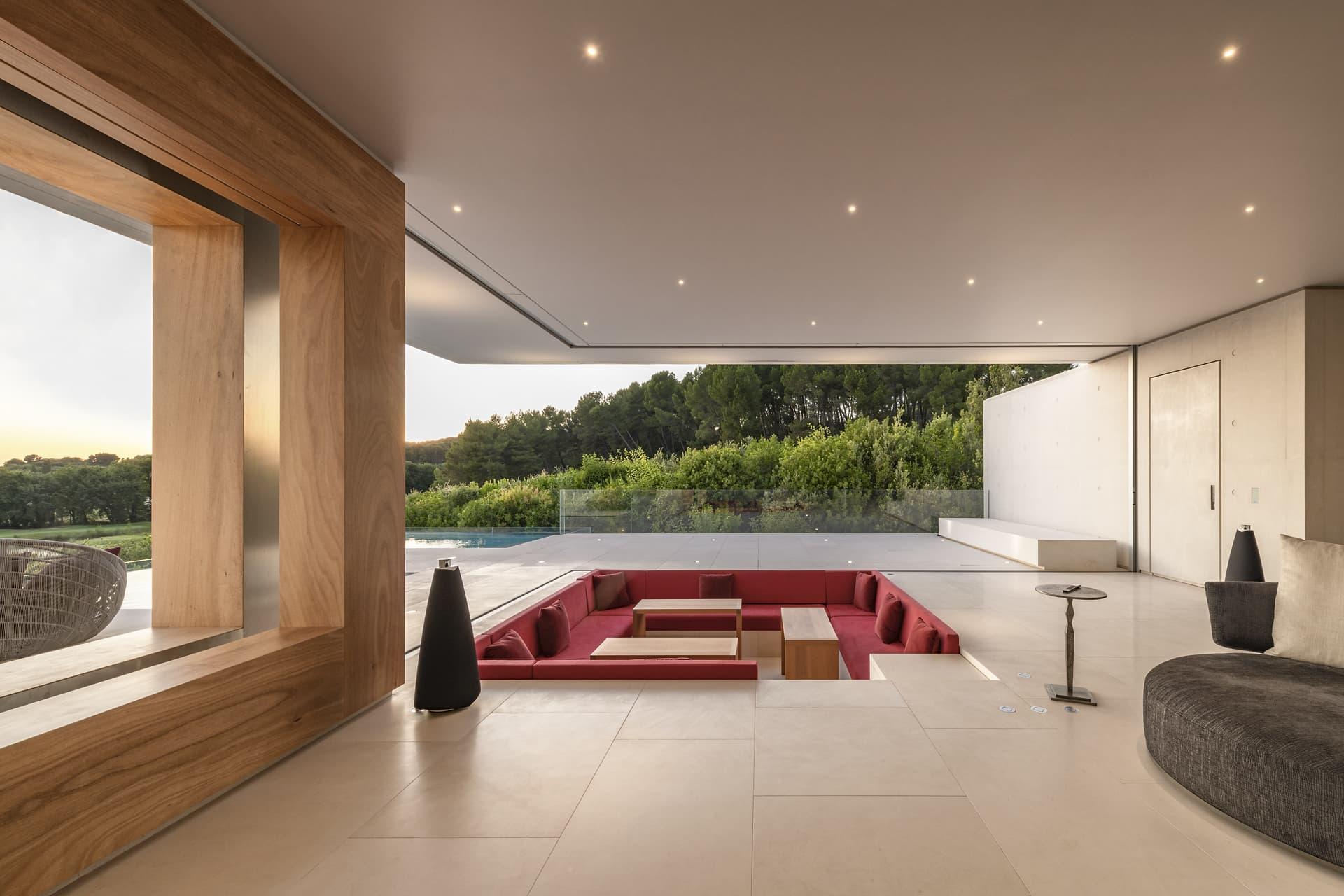 Salon ouvert sur l'extérieur de la villa privée Sigma et spot encastré en forme de ciel étoilé