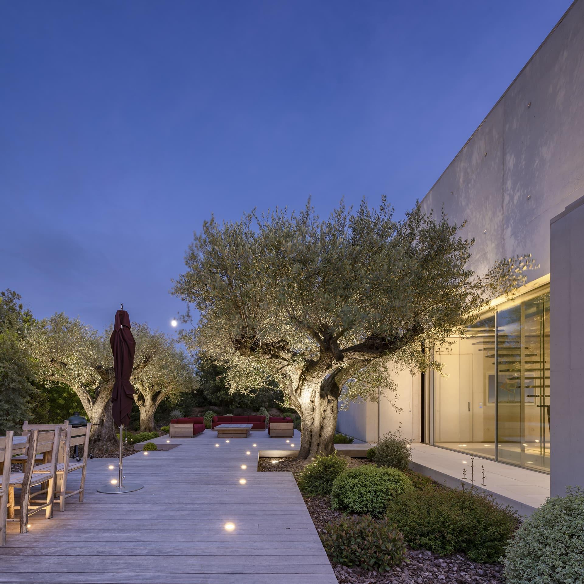 Chemin lumineux de spots sur la terrasse de la villa privée Sigma
