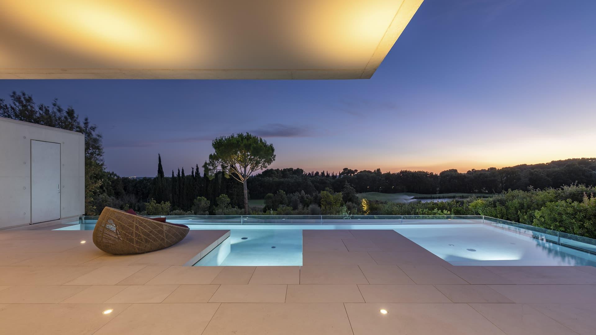 Eclairage de la piscine extérieur de la villa privée Sigma