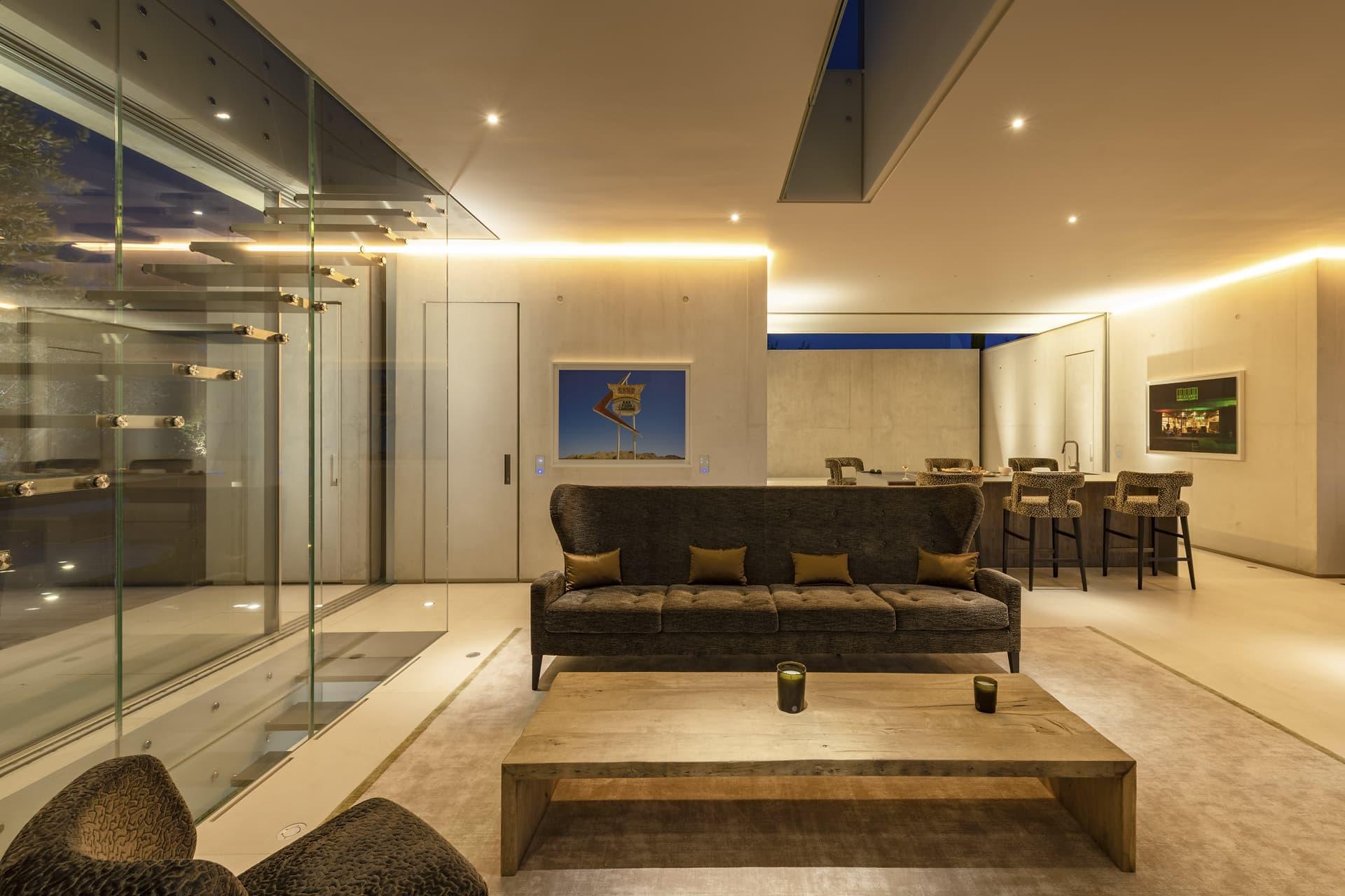Gorges lumineuses et spots dans le salon de la villa privée Sigma