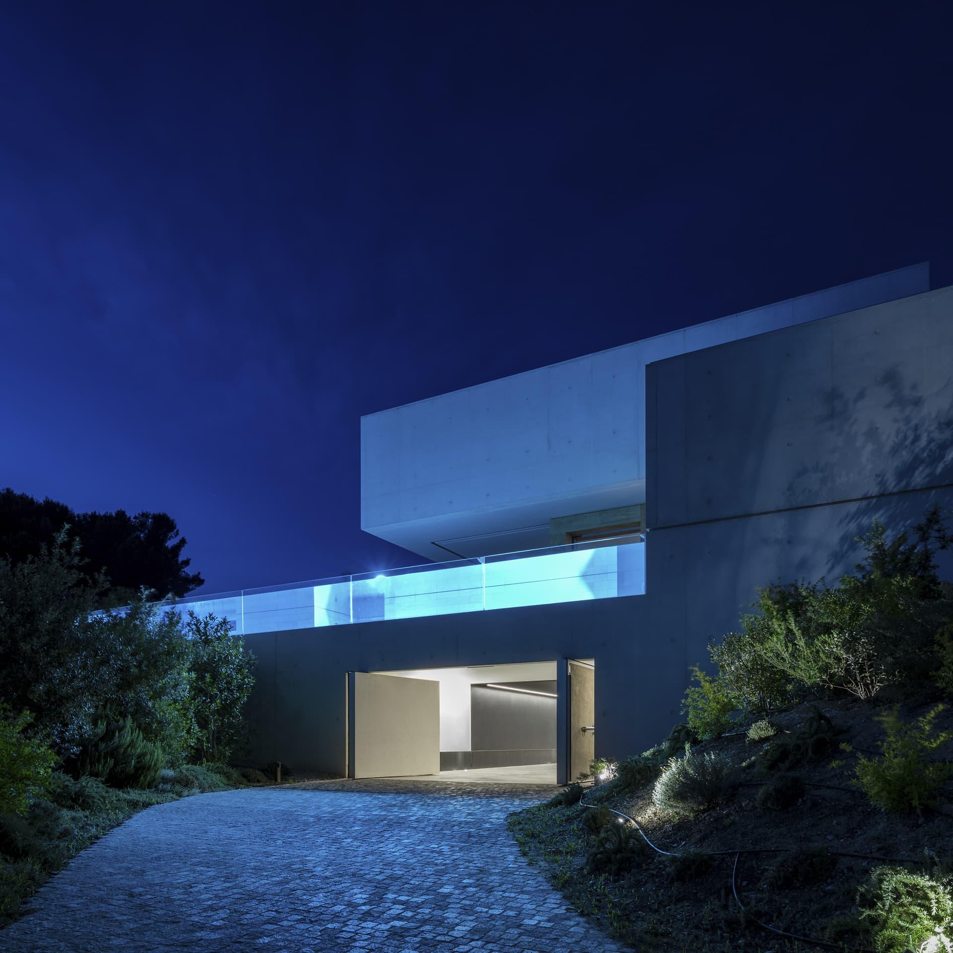 Devanture avec piscine et garage de la villa privée sigma