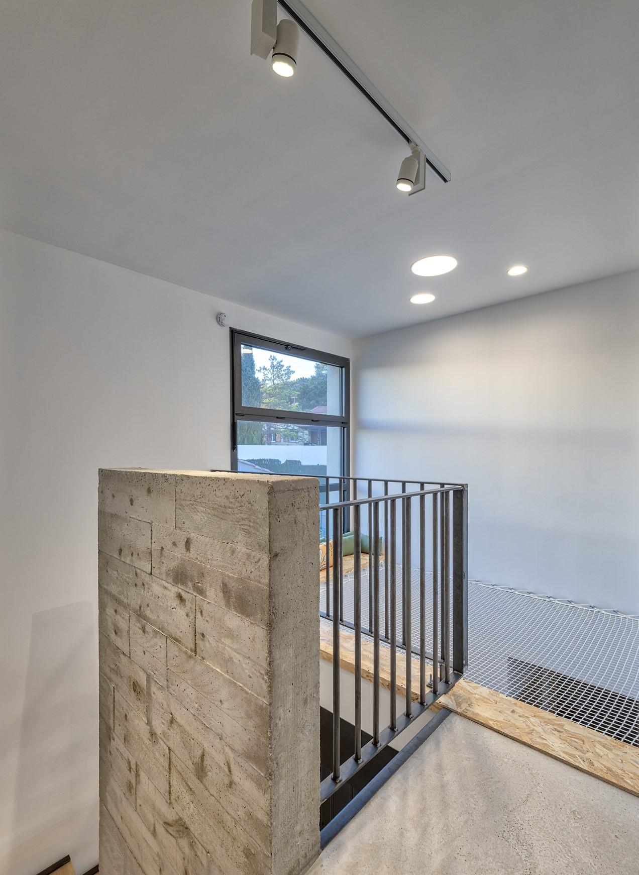 escalier éclairer par un rails magnétique et des spots encastrés dans la villa privée zeta