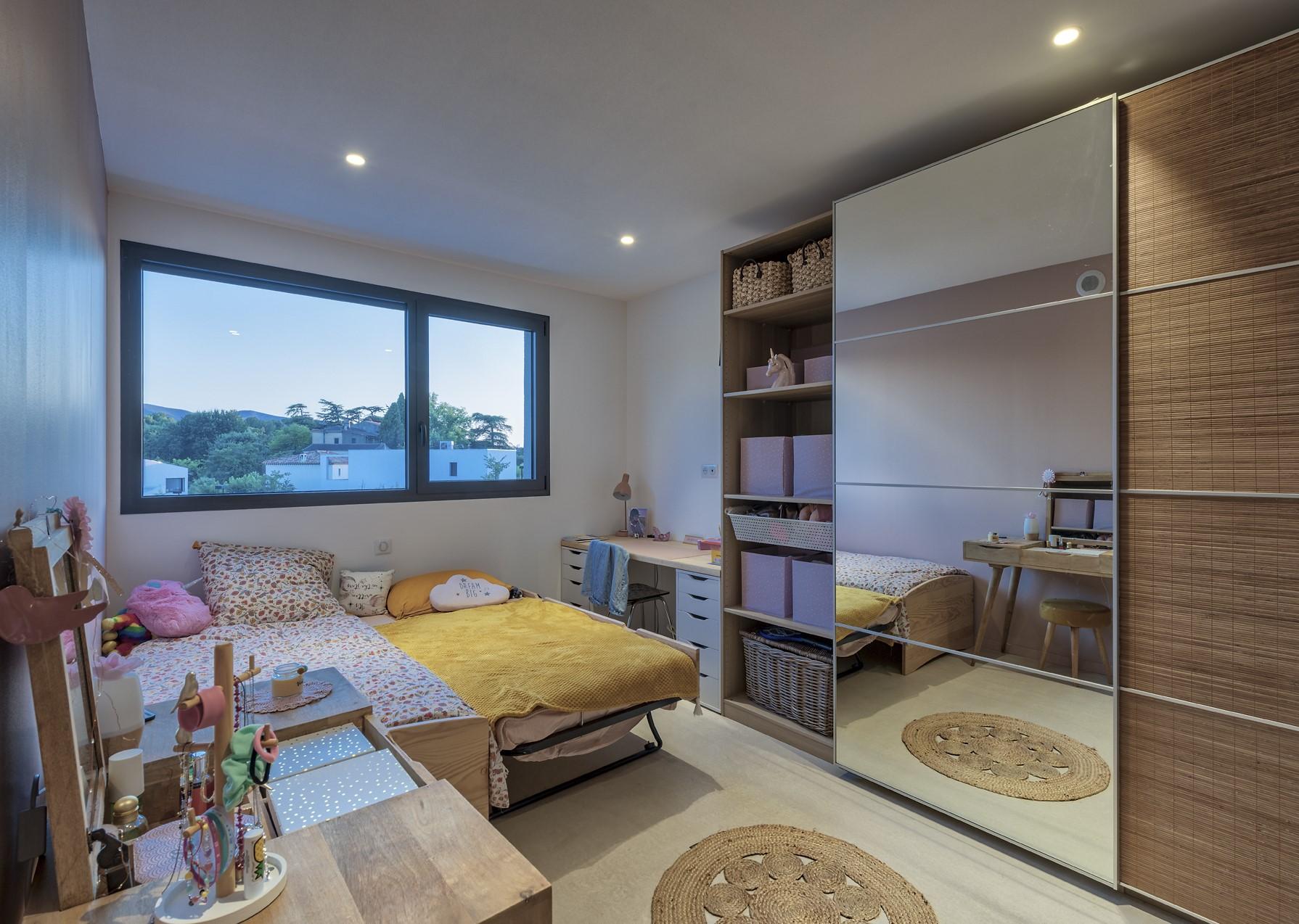 Seconde chambre de la villa privée zeta avec des spots au plafond
