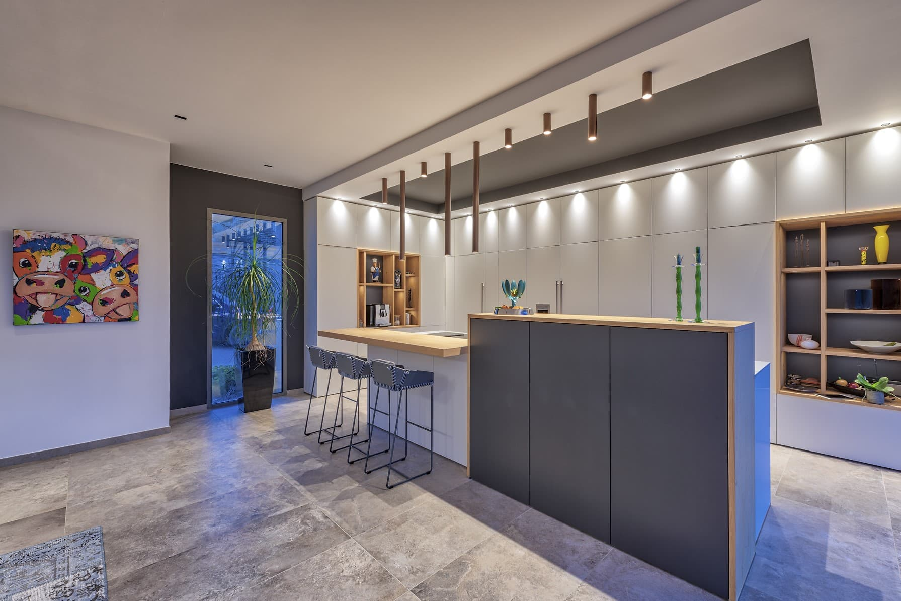cuisine de la villa omega avec tubes plafonniers en métal au niveau du comptoir