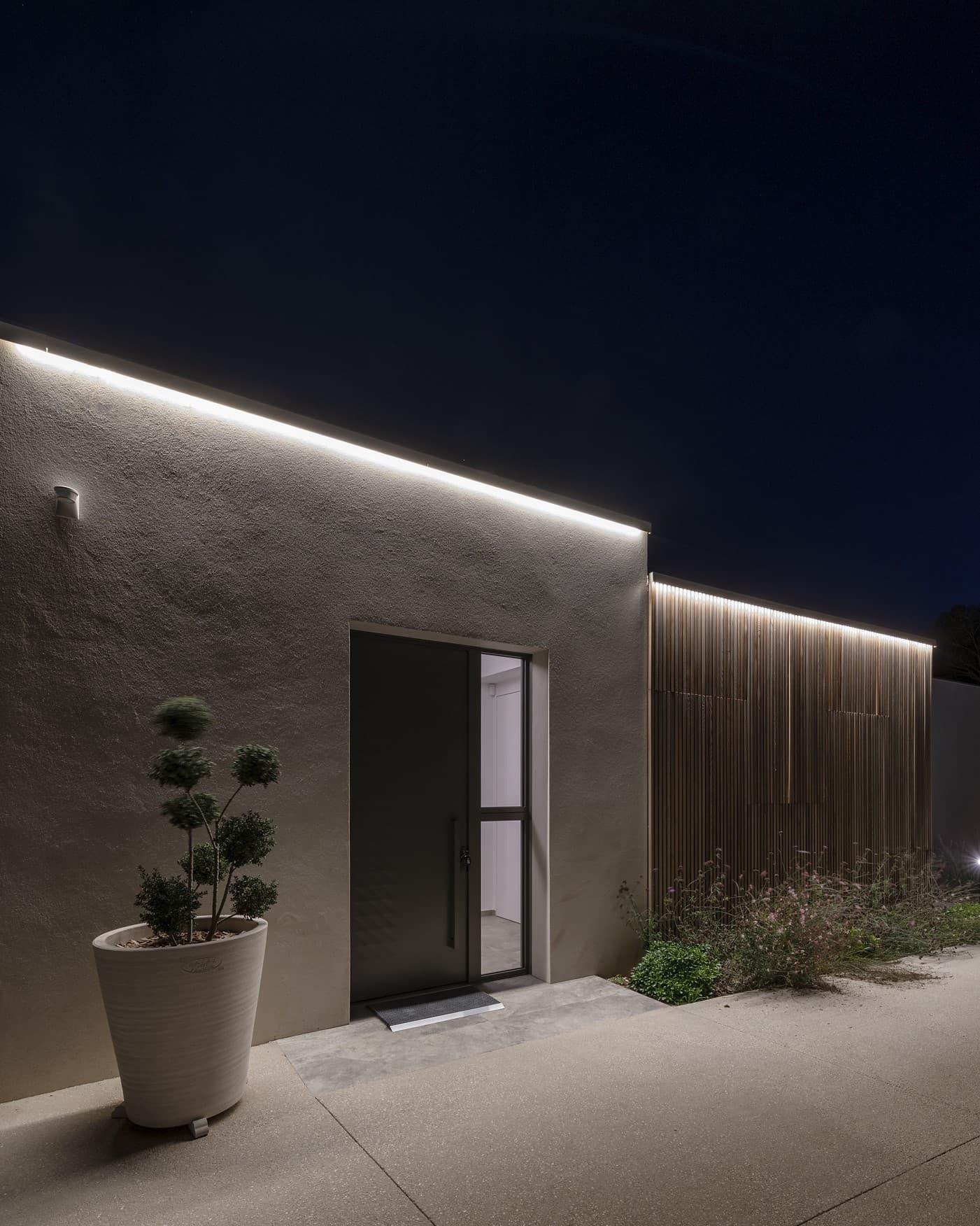Gorge lumineuse dessinant les contours de la villa