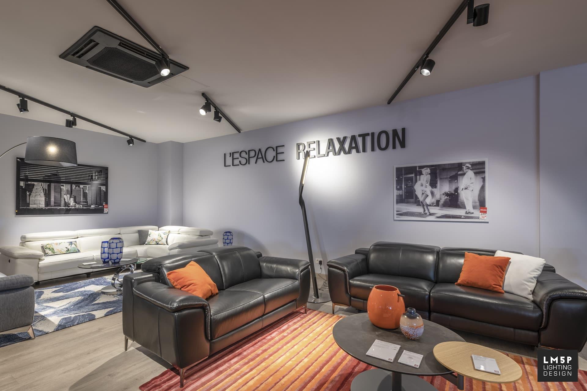 Espace relaxation du cuir center, éclairer par un lampadaire moderne noir et des spots sur rail