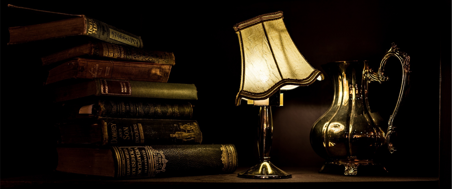 Lampe à poser ancienne à côté de livre ancien