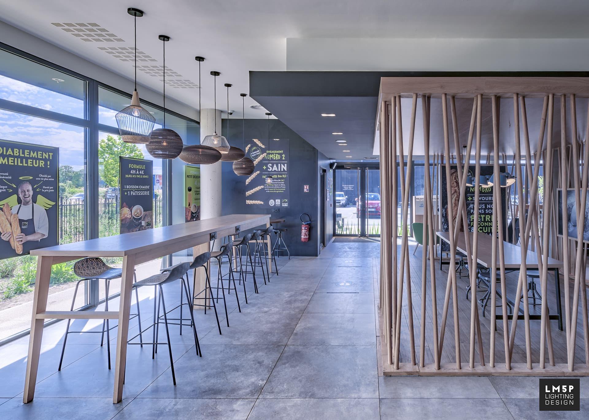 Boulangerie Ange table haute avec suspension en carton recyclé