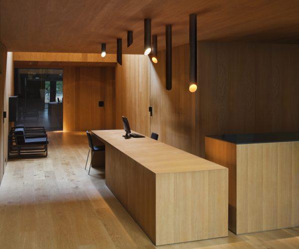 Plafonnier 45° noir au dessus dun bureau en bois