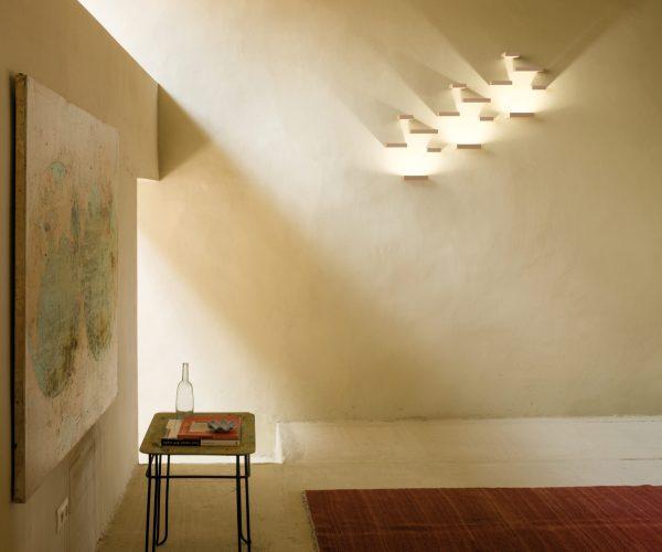 applique set de vibia sur un mur beige