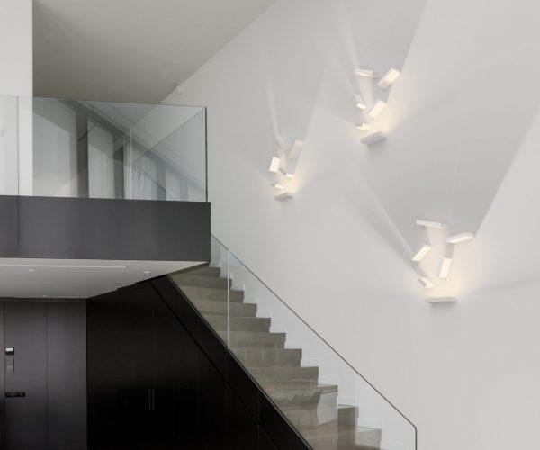 applique set sur un mur dans des escaliers
